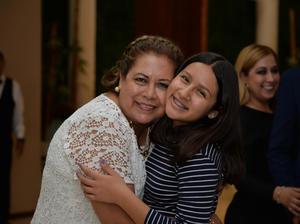 26112017 FELICES.  Martha con su nieta, Ana Pámanes.