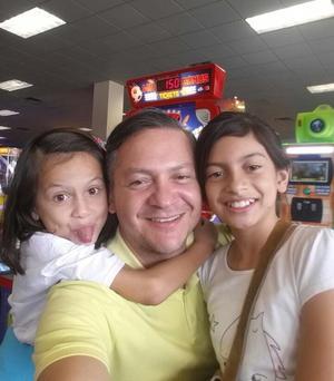 26112017 Hilda, Fernanda y su papá, Fernando.
