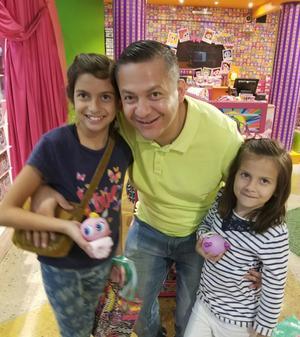26112017 La festejada en compañía de su papá y hermana disfrutando de gratos momentos.
