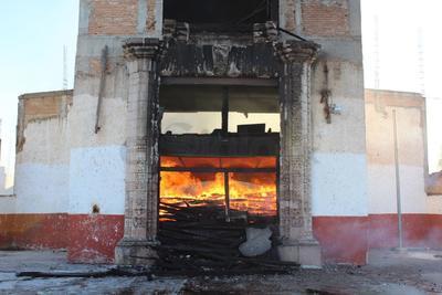 El fuego se expandió por la madera que se utiliza para la cimbra, generando llamas de gran magnitud.