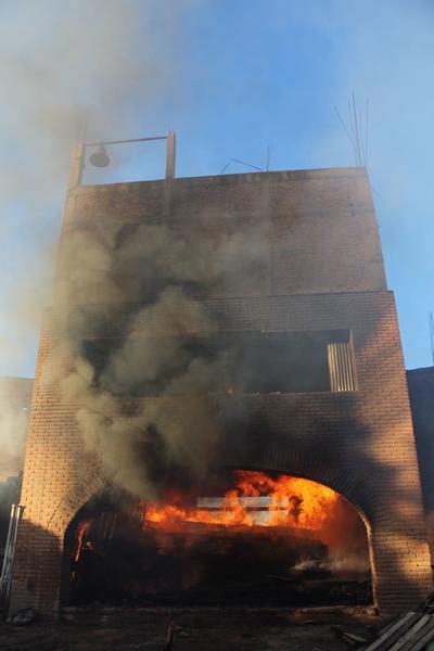 La iglesia que aún se encontraba en construcción, ardió rápidamente.