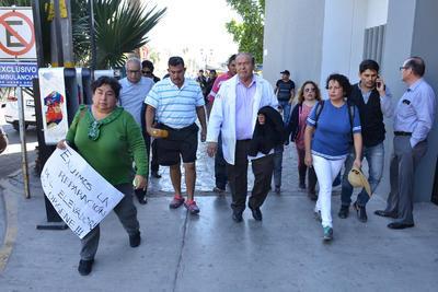 Familiares de pacientes del Hospital del ISSSTE de Torreón se manifestaron por la tarde de hoy lunes.