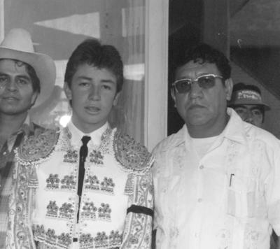 """26112017 Torero Miguel Espinoza """"Armillita"""" y aficionado Rodolfo Álvarez en 1979."""
