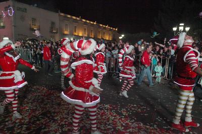 El Osito Coca-Cola y Santa, quienes abordo de trailers, no dejaban de saludar a los que se encontraban a su paso.