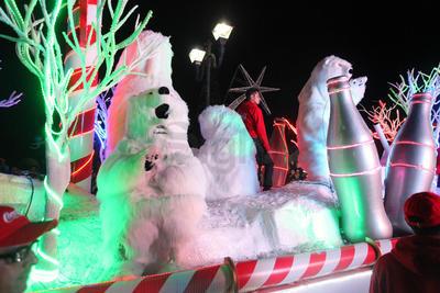 Entre gritos y brincos, los pequeñitos saludaban a lo lejos al Osito Coca-Cola y a Santa.
