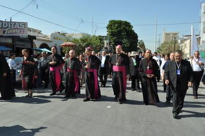 Caminó junto al obispo emérito, y el Nuncio Apostólico, Franco Coppola.