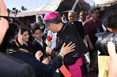 El nuevo obispo saludó a los niños laguneros.