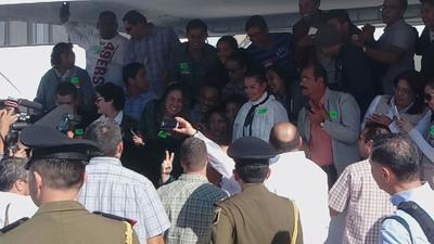 Fiel a su estilo, el presidente se despidió entre selfies con los asistentes.