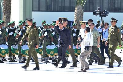 Enrique Peña Nieto en su paso entre elementos del Ejército.
