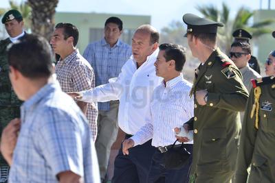 Enrique Peña Nieto acompañado del gobernador de Coahuila, Rubén Moreira.