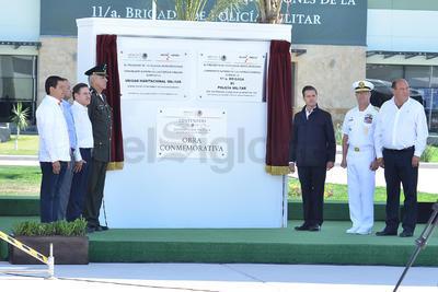 Enrique Peña Nieto junto al Salvador Cienfuegos y Vidal Soberón Sánz durante la inauguración del megacuartel militar en San Pedro,Coahuila.