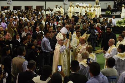 Al termino de la ceremonia, ya nombrado como el cuarto Obispo de la Diócesis de Torreón, el Monseñor Luis Martín Barraza dio su bendición a la feligresía.