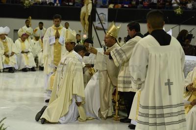El Obispo Luis Martín Barraza, en la entrega de los signos durante su Ordenación Episcopal.