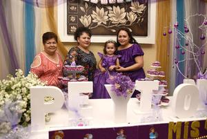 30112017 CUMPLE TRES AñOS.  Peyton Nicole Reyes con su mamá, Sahira Margarita Ramírez, su abuela, Margarita Mata, y su bisabuela, Margarita Vázquez de Mata.