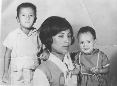 03122017 Sra. Mary Nicole Domínguez López con sus hijos, Martín Castañeda Domínguez y Rosa Elena, en 1966 en Fco. I. Madero, Coahuila.