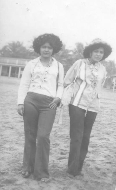 03122017 En la Iglesia de Guadalupe, Elvia Rivas y Margarita Borroel, en 1971.