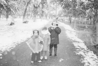 10122017 Angie, Scarleth y Nancy Ruvalcaba en el bosque en la nevada de 1997