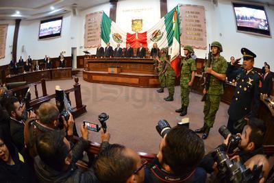 El acto inició con los homenajes a la Bandera y la entonación del Himno Nacional y el Himno de Coahuila.