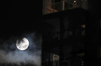 La súper luna en Roma.