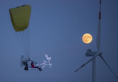 """""""Santa"""" sobrevoló el cielo de Alemania iluminado por la súper luna."""