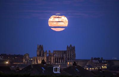 La súper luna sobre la Abadía de Whitby.