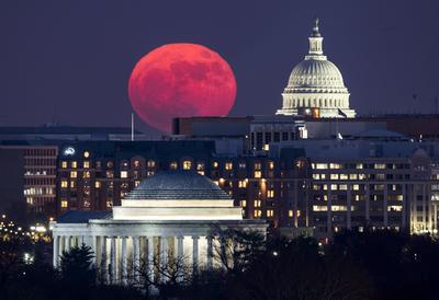La luna lució así desde el capitolio en Washington.