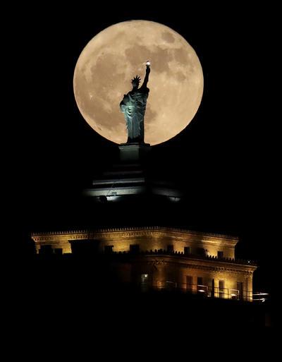 Vista de la Estatua de la Libertad en Nueva York de frente a la súper luna.