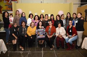 04122017 POR CASARSE.  Reyna Collazo García con algunas de sus invitadas en su despedida de soltera.