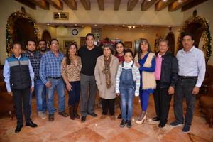 03122017 AMENO RATO.  René Arellano celebrando con sus familiares.