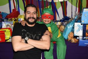 03122017 FELIZ CUMPLEAñOS.  Sebastián con su padrino, Gabriel Calvillo.