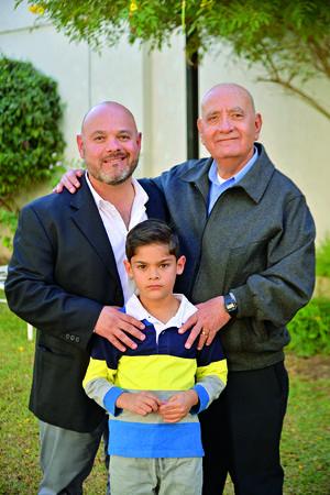 03122017 El festejado en compañía de su hijo, Marco Antonio, y su nieto, Leonardo.