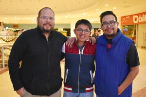 05122017 EN EL MALL.  Luis Alberto, Erick Daniel e Iván Daniel.