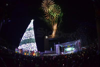 Los fuegos artificiales iluminaron Torreón junto con el pino.
