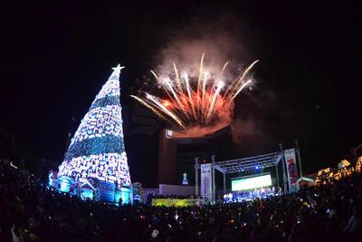 Ante la presencia de autoridades estatales, municipales y religiosas, fue encendido el monumental Pino Navideño e inaugurada la pista de hielo instalados en la explanada de la Plaza Mayor de Torreón.