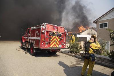 Los incendios pueden ocurrir cuando la reseca vegetación y la falta de lluvia se combinan con los infames vientos de Santa Ana en la región.