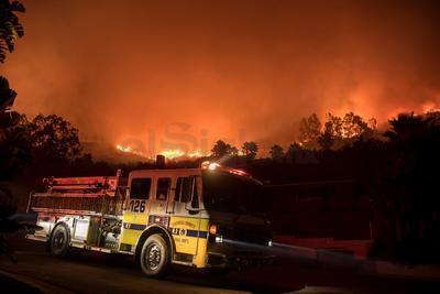 Mansiones y hogares modestos por igual estaban en llamas el martes en el sur de California.