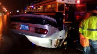 Se registró ya el primer accidente al volcar un auto Nissan por el pavimento derrapante.