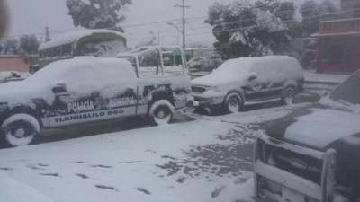 Un vehículo de la policía de Tlahualilo cubierto de nieve.