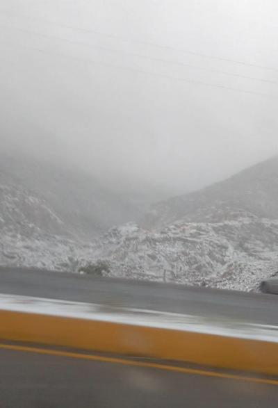 Las carreteras y cerros se 'pintaron' de blanco.