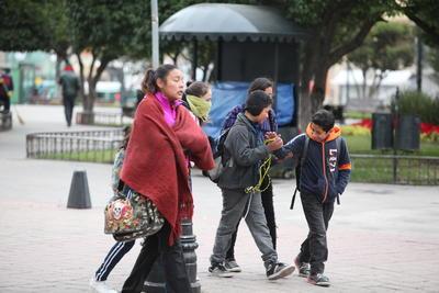 Padres de familia que llevaron a sus hijos a clases y se encontraron con una asistencia inferior a la mitad de los alumnos.