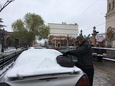 Los vehículos quedaron llenos de nieve.