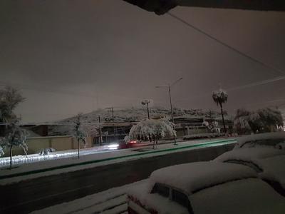 En algunas calles de Monclova se registraron apagones debido al clima.