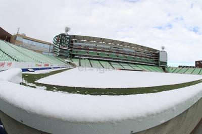 En el estadio TSM de la Comarca Lagunera, casa del club Santos Laguna, la cancha se 'pintó' de blanco.