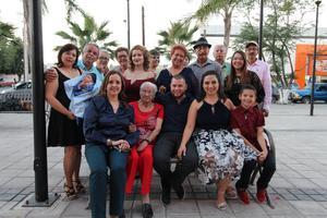 10122017 LA FOTO DEL RECUERDO.  Rosa Isela y Vladimir con sus familiares.