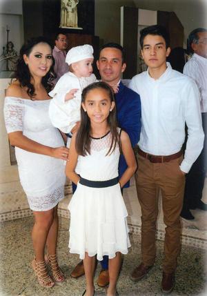 10122017 El pequeño acompañado de su familia.