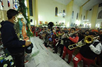 Al final de la misa diversos grupos de música y feligreses entonaron las tradicionales Mañanitas.