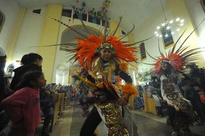 Hasta la Parroquia arribaron grupos de danzas.
