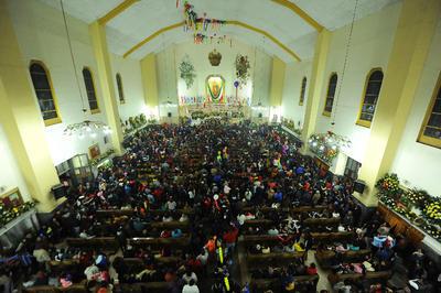 A pesar de la baja temperatura la noche del lunes miles de laguneros celebraron el 487 aniversario de la aparición de Nuestra Señora de Guadalupe al indio San Juan Diego en el cerro del Tepeyac un 12 de diciembre de 1531.