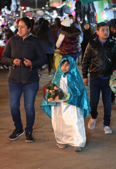 Grandes y chicos peregrinan hasta el altar de la Virgen Morena.