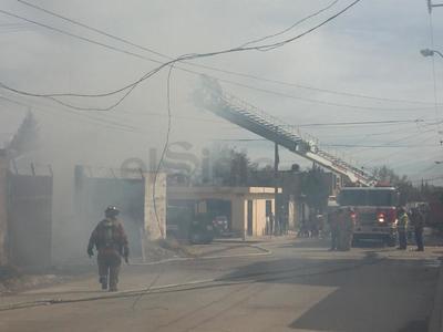 Una inmensa capa humo invadió varias cuadras a la redonda.